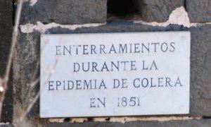 Placa en la Atalaya de Santa Brígida (Gran Canaria) de enterramientos de la epidemia de cólera morbo